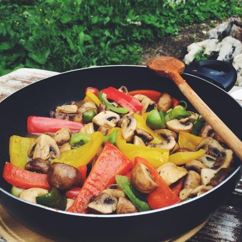 Tudi ko nismo v domači kuhinji, lahko pripravimo enostaven in okusen veganski obrok
