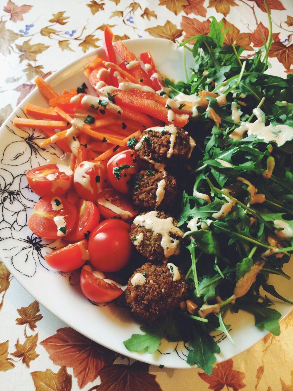 solatni krožnik s falafli