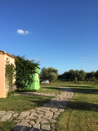 Vsaka hiška je drugačne barve, okolica pa je brezhibno urejena.