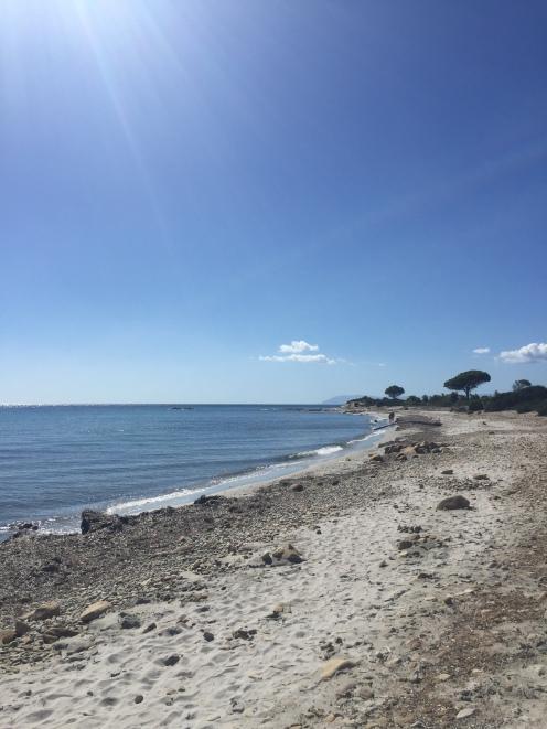 Plaža št. 1 je bila dolga in peščena, a žal brez sence